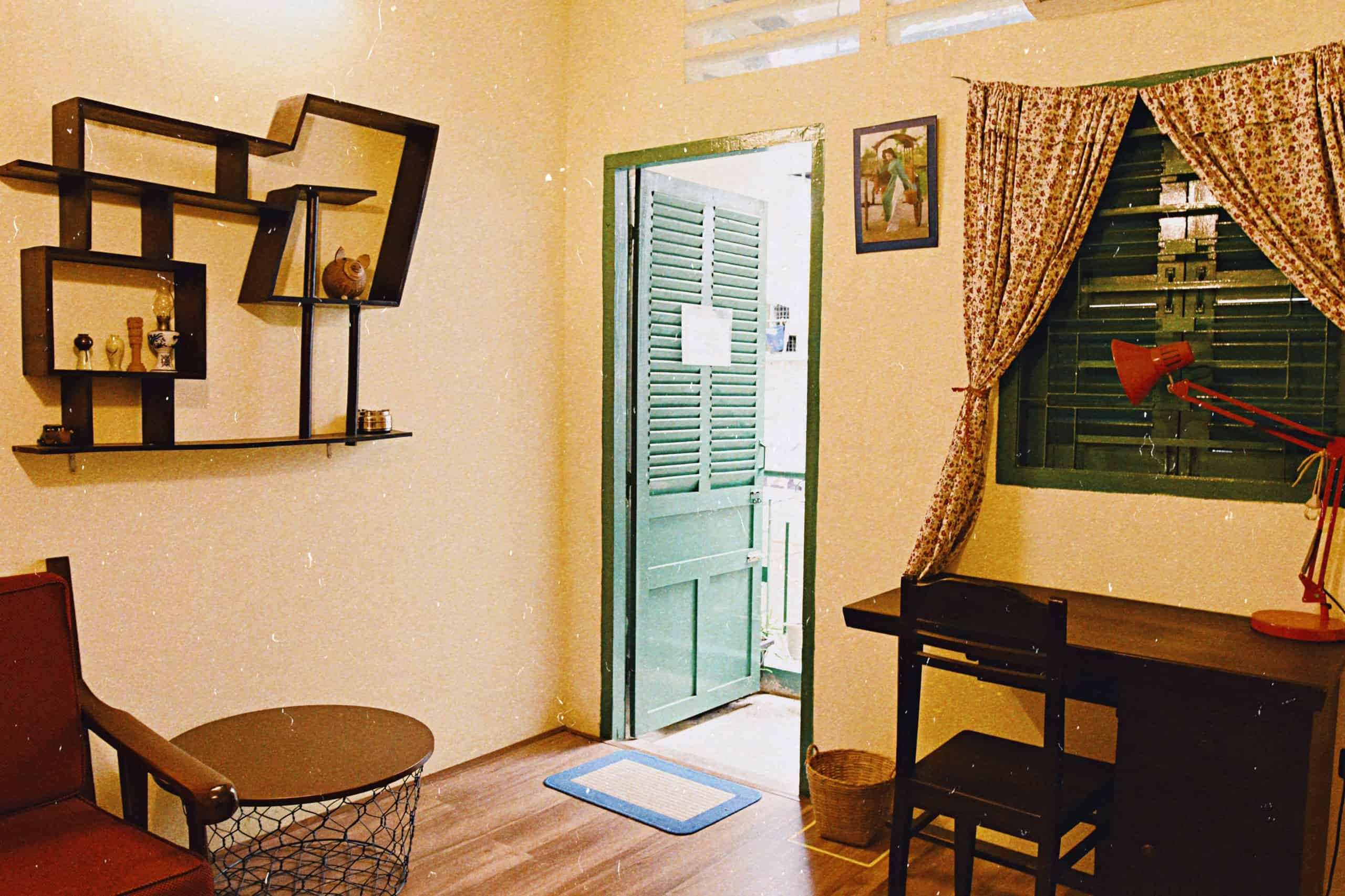 Phòng ban công được bố trí nội thất theo phong cách Sài Gòn những năm 1980