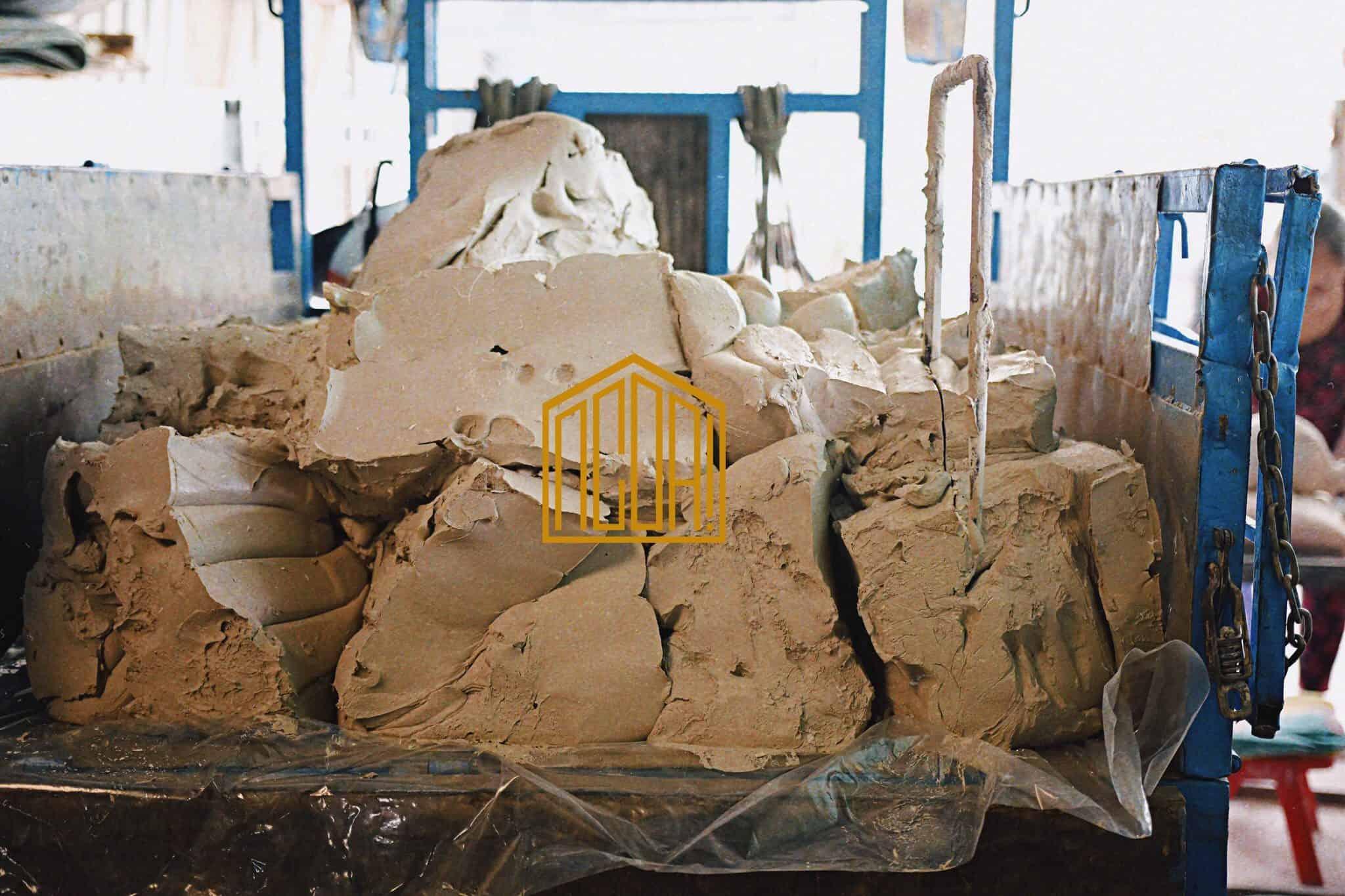 Đất sét được mua từ nhà máy, đã qua xử lí , được chuyển về xưởng